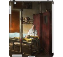 Doctor - X-Ray - In the doctors care 1920 iPad Case/Skin