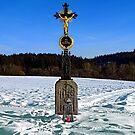 Wayside cross in winter scenery   landscape photography by Patrick Jobst