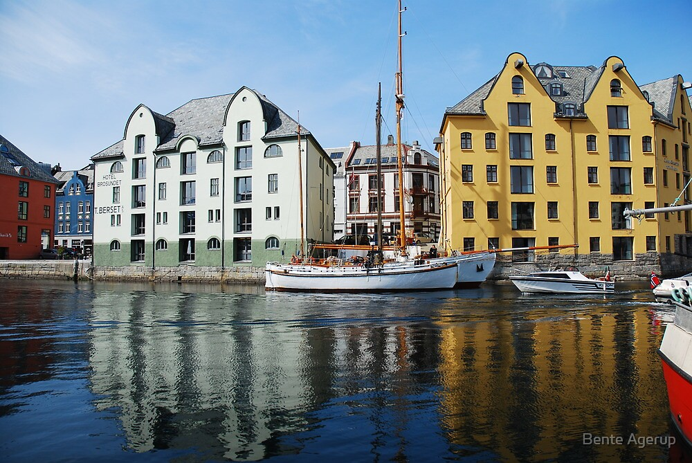 A sunny day in Aalesund by julie08