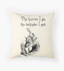 Alice im Wunderland-Zitat - der Hurrier, den ich gehe - weißes Kaninchen-Zitat - 0125 Dekokissen