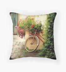La bicyclette aux Géraniums Throw Pillow