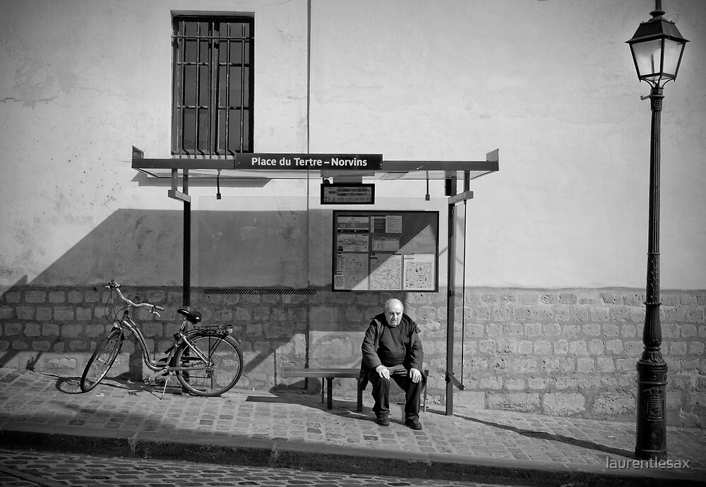 Bus waiting by laurentlesax