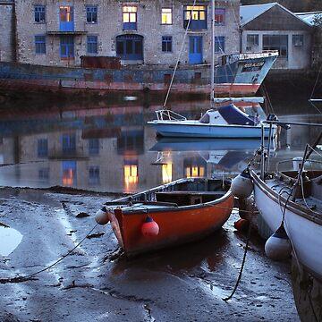 Alte Boote in der Dämmerung von Andrew-Hocking