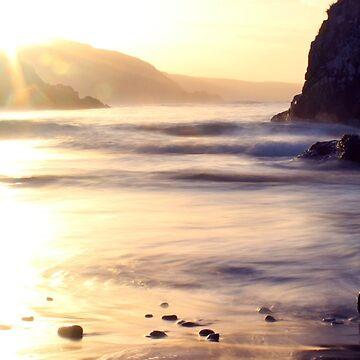 Sonnendurchbruch bei Kennack Sands, Cornwall von Andrew-Hocking
