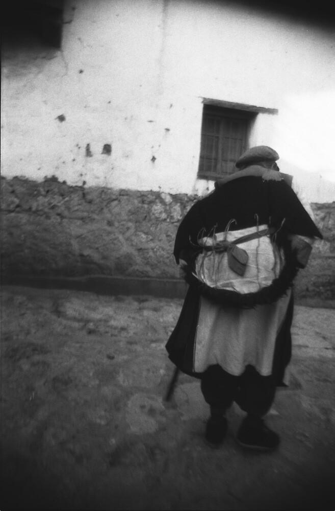 Naxi eithic lady, Lijiang by Giles Freeman