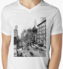 Camiseta para hombre de cuello en v Vintage Broadway NYC Photograph (1920)
