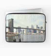 Funda para portátil Brooklyn Bridge and Manhattan Photograph