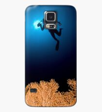 Underwater photograph of a diver swimming above an Anella Alcyonacea (soft corals) coral Case/Skin for Samsung Galaxy