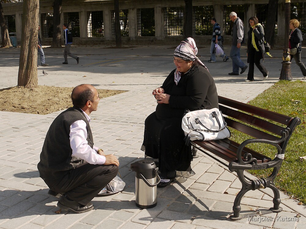 People in Istanbul - The Turkish tea seller and the Uzbek lady by Marjolein Katsma