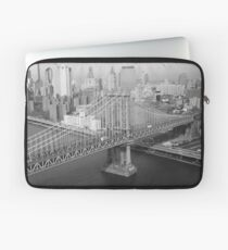 Funda para portátil Manhattan Bridge Black and White Photograph