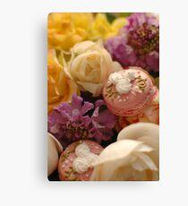 Mes macarons parmi les fleurs Canvas Print