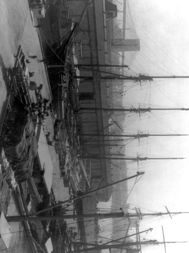 Vintage Ships at Dock NYC Photograph (1908) de BravuraMedia