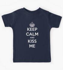Bleib ruhig und küss mich Kinder T-Shirt