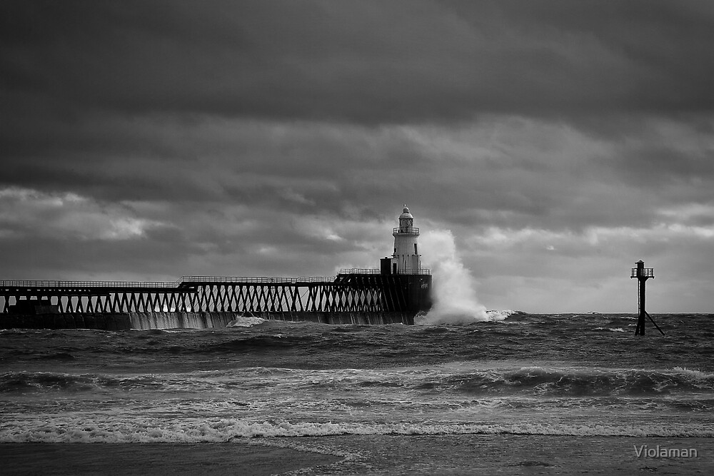 Rough seas at the harbour mouth (Black and White) by Violaman