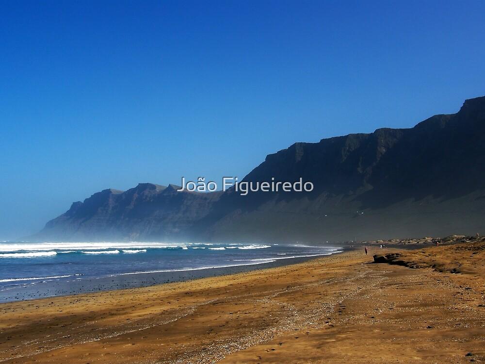 The beach & the mountain by João Figueiredo