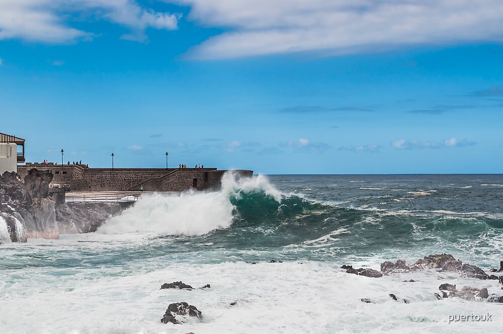 Waves at Puerto de la Cruz by puertouk