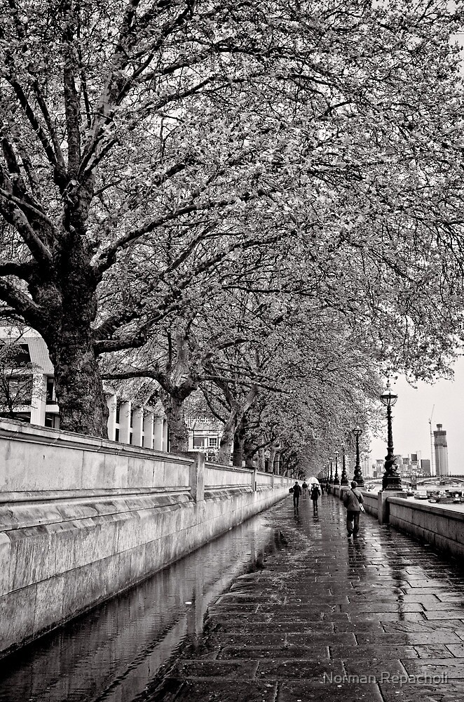 A stroll by the Thames - Great Britain by Norman Repacholi