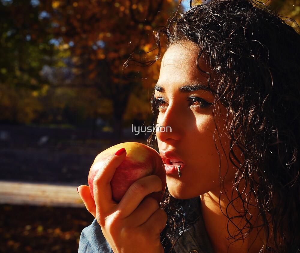 Apple Bite by lyusifon