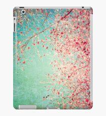 Pink autumn leafs on blue textured background iPad-Hülle & Klebefolie