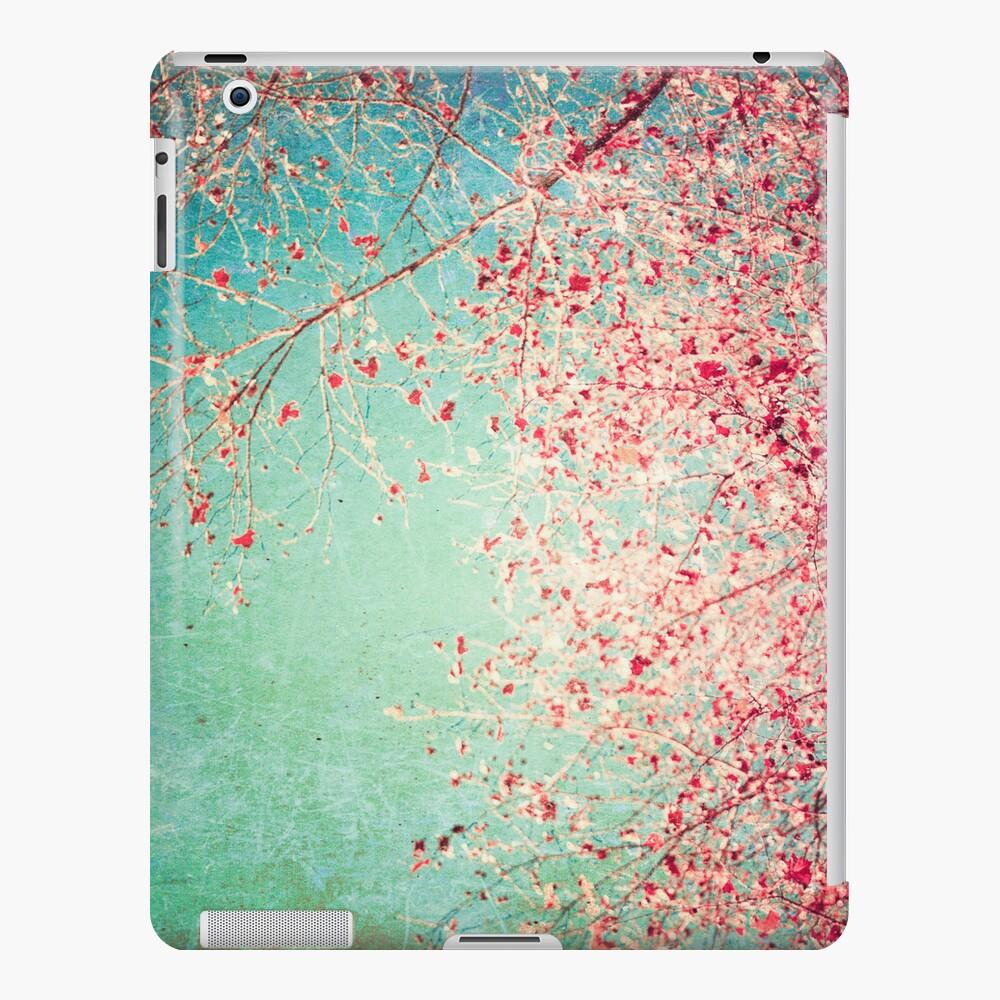 Hojas rosadas del otoño en fondo texturizado azul Funda y vinilo para iPad