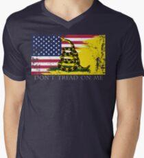 Amerikanische Gadsden-Flagge getragen T-Shirt mit V-Ausschnitt