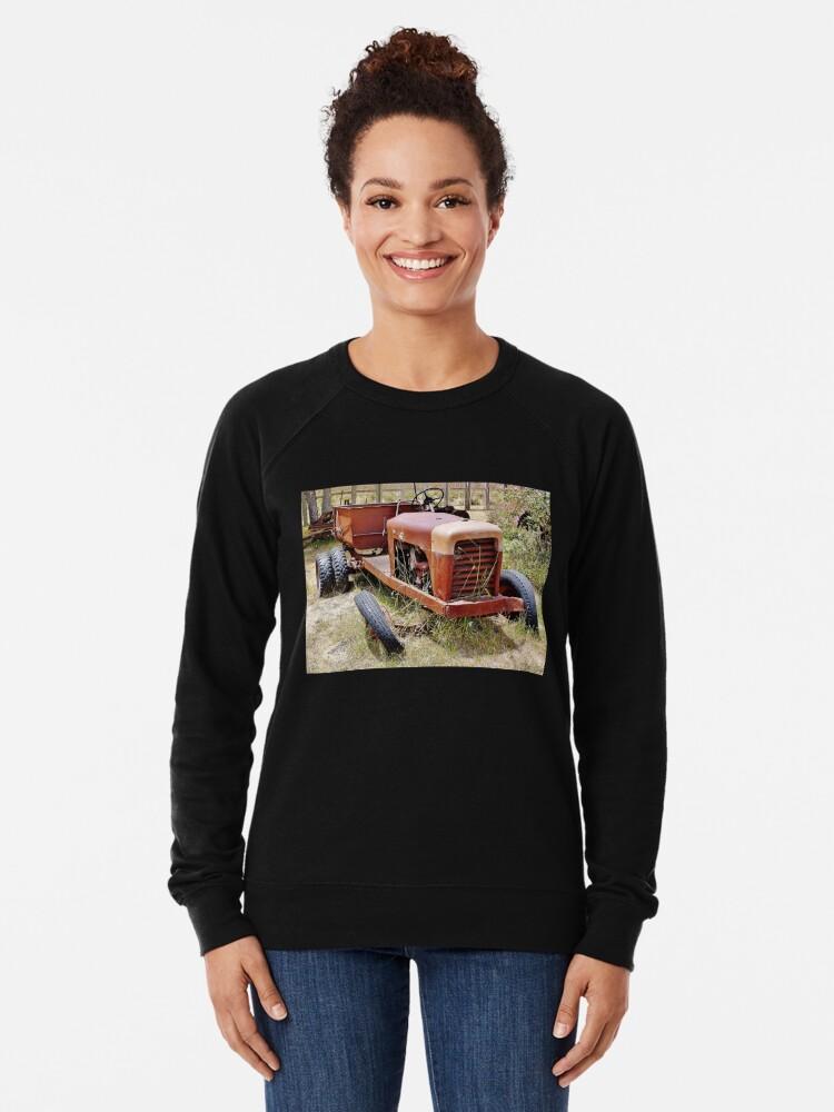 Alternative Ansicht von Old Farm Vehicle with Tire Off Leichter Pullover