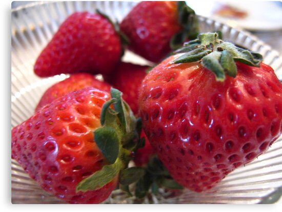 fresh strawberries by MarianBendeth