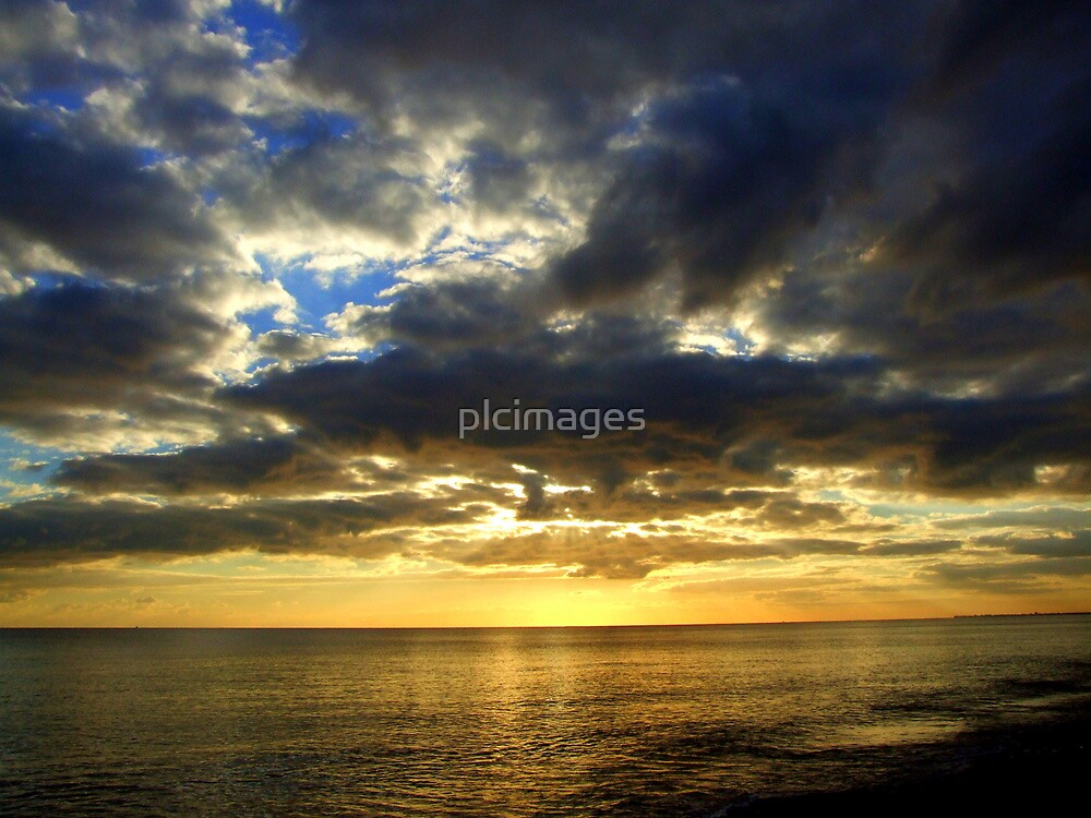 Warm glow on the horizon by plcimages