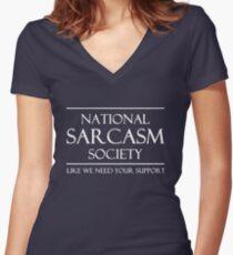 Camiseta entallada de cuello en V Sociedad Nacional de Sarcasmos. Como necesitamos tu apoyo