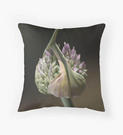 flower-garlic-bud Throw Pillow