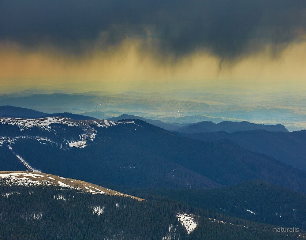 Curtains of torrential heavy rain in the mountains by naturalis