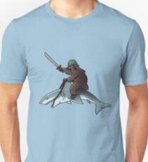 Bär reitet einen Hai Slim Fit T-Shirt