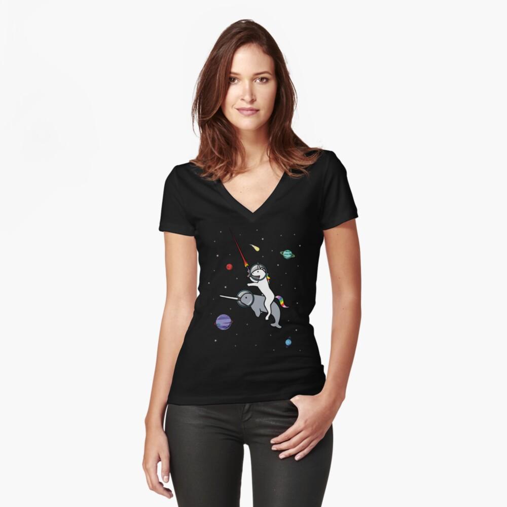 Unicorn Riding Narwhal en el espacio Camiseta entallada de cuello en V