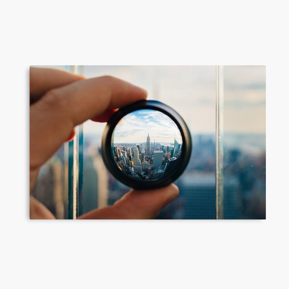 Hombre sosteniendo una lente sobre Manhattan Lienzo
