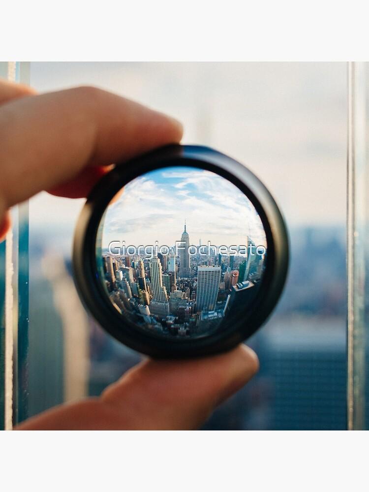 Hombre sosteniendo una lente sobre Manhattan de giof