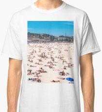 Bondi Beach sun worshippers Classic T-Shirt