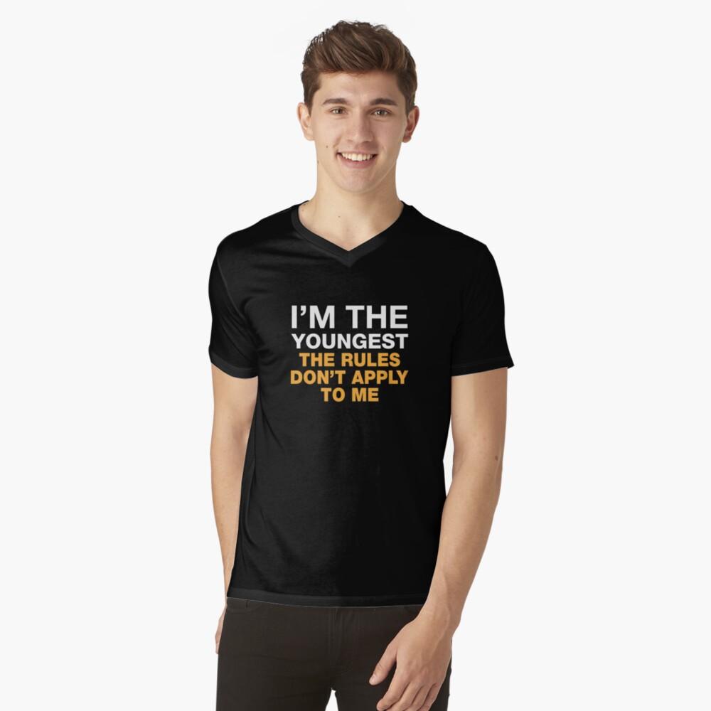 Ich bin der jüngste. Die Regeln gelten nicht für mich. T-Shirt mit V-Ausschnitt