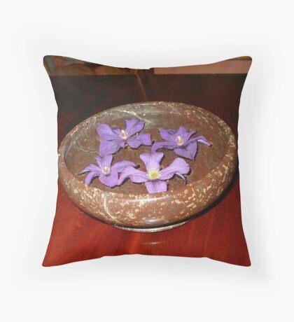 Die Schwimmer - purpurrote Clematis-Blüten Kissen