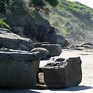 Yamba Beach Rock Formation by Rhapsody