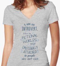 Camiseta entallada de cuello en V mundos introvertidos, ficticios, personajes ficticios
