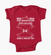 Die Berge rufen an und ich muss - Skifahren-T-Shirt gehen Baby Body Kurzarm