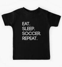 Essen. Schlafen. Fußball. Wiederholen Kinder T-Shirt
