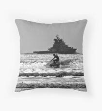 L'Abeille Bourbon et le surfeur Throw Pillow