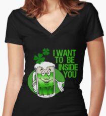 Grünes Bier Innuendo St Patrick Tag Shirt mit V-Ausschnitt