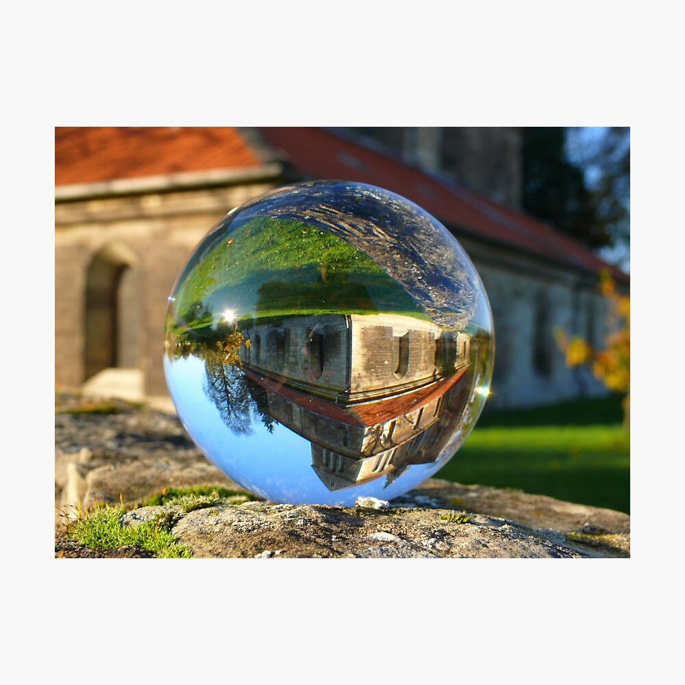 Iglesia ve a través de la bola de cristal Lámina fotográfica
