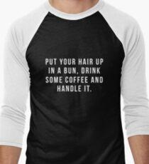 Camiseta ¾ bicolor para hombre Poner el cabello en un moño, beber un poco de café y manejarlo.
