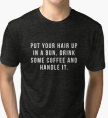 Setzen Sie Ihr Haar in ein Brötchen, trinken Sie etwas Kaffee und behandeln Sie es. Vintage T-Shirt