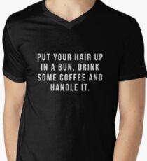 Camiseta para hombre de cuello en v Poner el cabello en un moño, beber un poco de café y manejarlo.