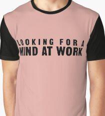 Auf der Suche nach einem Geist bei der Arbeit Grafik T-Shirt