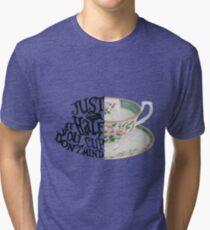 """Cita de Alicia en el país de las maravillas """"Solo media taza, si no te importa"""" Camiseta de tejido mixto"""